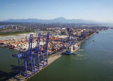 В бразильском порту Паранагуа начали разгружать судно с американской соей