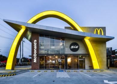 Зоозащитники заблокировали поставки мяса для McDonald's в Британии и требуют перехода на растительные альтернативы
